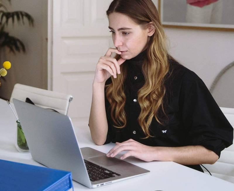 Γυναίκα στον υπολογιστή